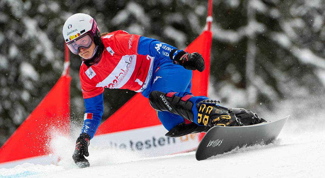 Le squadre di snowboard parallelo di Cdm e giovani in pista sul ghiacciaio di Passo Stelvio
